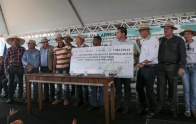 Confúcio Moura entrega R$ 7 milhões a pequenos agricultores durante a RRS