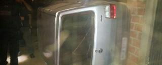 Condutora de carro perde o controle da direção, tomba veículo e se choca contra muro de...
