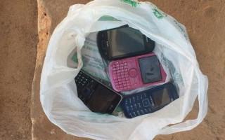 Quatro telefones foram apreendidos durante revista no presídio de Cacoal