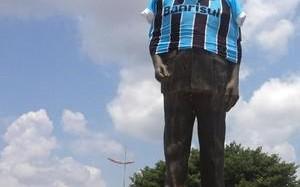 Estátua de ex-governador de RO se torna gremista por um dia após vitória