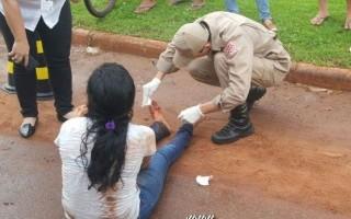 Mulher sofre acidente com moto após passar por buraco em Rolim de Moura
