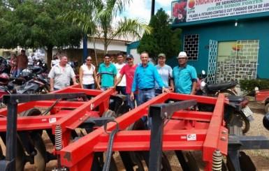 Deputado Lazinho entrega equipamentos agrícolas em Seringueiras