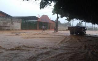 Ruas de Ji-Paraná, RO, ficam alagadas após chuva intensa de três horas