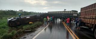 Caminhão tomba durante tentativa de ultrapassagem na BR-364 próximo a distrito de Cacoal