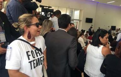 Jornalista com camiseta 'Fora Temer' é cercada pela PF durante visita do presidente em Porto Velho