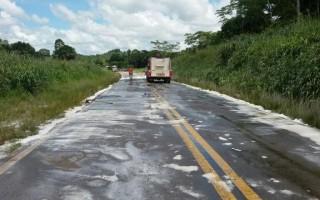 Caminhão tanque colide contra carreta carregada com sulfato de amônia na BR-364