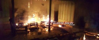 Moradores acordam com residência pegando fogo no Bairro Cidade Alta