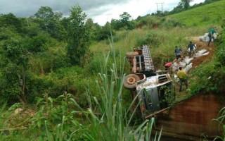 Caminhão carregado de café tomba na linha 184 saída para Santa Luzia