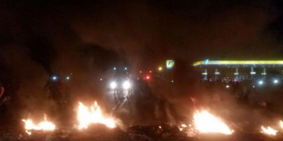 Moradores ateiam fogo em objetos e expulsam venezuelanos de prédio abandonado durante protesto em Roraima