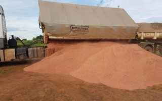 Parceria entre Prefeitura e Governo do Estado garante calcário para agricultores de Rolim de Mour