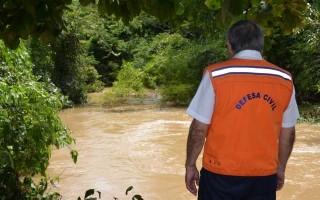 Rios de Cacoal transbordam e alagam residências