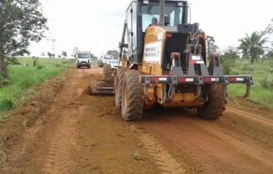Rolim de Moura: Secretaria de Obras recupera pontos críticos e realiza manutenção nas estradas vicinais