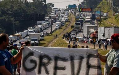 Associação pede que caminhoneiros mantenham protesto, mas sem bloquear vias