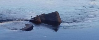 Caminhão bitrem carregado de milho cai dentro do Rio São Domingos e uma pessoa morre