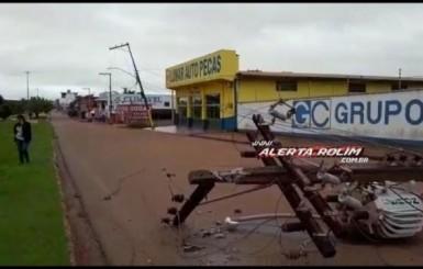 Rolim: Motorista perde o controle da direção e bate em poste na Avenida 25 de Agosto