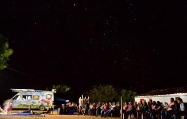 Projeto leva em uma van movida a energia solar a magia do cinema para as crianças de Rolim de Moura