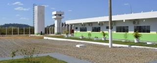 Dez detentos serram grade de cela e fogem do presídio de Ariquemes, RO