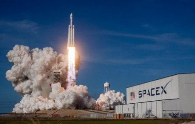 Empresa de Elon Musk anuncia que levará turista para contornar a Lua