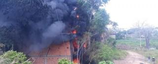 Incêndio é registrado em depósito de pneus em Cacoal, RO