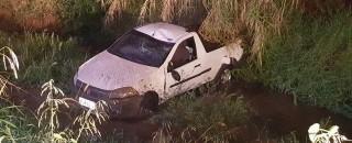 Rolim de Moura - Condutor embriagado cai com carro dentro de rio após passar por galeria...