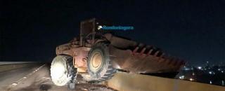 Trator perde freio e por pouco não cai da ponte do Rio Madeira; motorista se jogou
