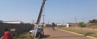 Vilhena: comerciante entorta poste após batida, abandona carro com tablets dentro e aparelhos são furtados