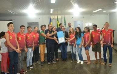 Alunos das Escolas Francisca Duran e José Veríssimo que se destacaram no JOER são homenageados na Câmara Municipal