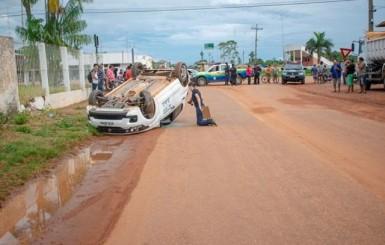 Carro da Prefeitura de Guajará-Mirim capota e bate em muro após desviar de pedestres