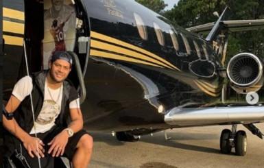 Hulk ostenta avião personalizado nas redes sociais e agita palmeirenses