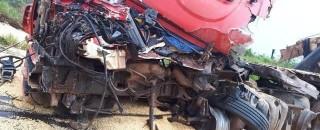 Morador de Porto Velho morre após colisão entre carretas na BR-364, em Vilhena
