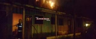 Bombeiros combatem incêndio em estabelecimento de madeira no Bairro Beira Rio