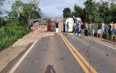 Motorista morre após carreta que dirigia tombar na BR-364 em RO