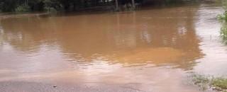 Rio transborda e deixa famílias desabrigadas em Jaru, RO