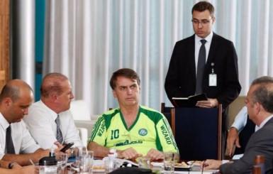 Bolsonaro posta foto usando camisa falsificada do Palmeiras