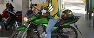 Veículos de mototaxistas passam por vistoria em Cacoal, RO