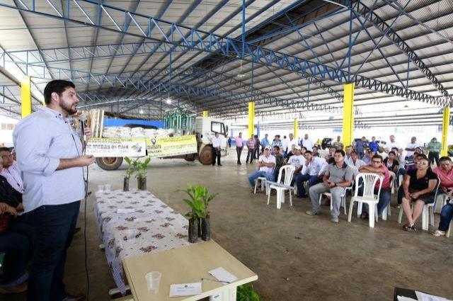 Jean Oliveira entrega mudas de café a produtores de Porto Velho