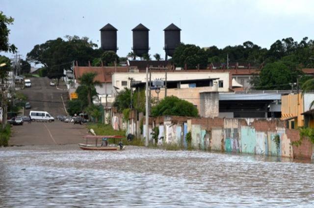 Rio sobe e ribeirinhos sofrem com risco de nova enchente, em Porto Velho