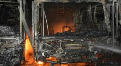 Bando incendeia três ônibus escolares em Buritis