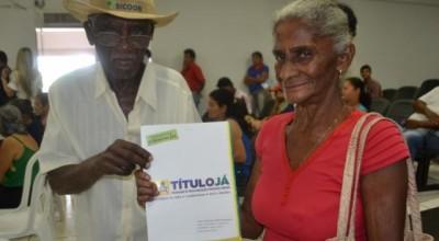 Famílias de Pimenta Bueno recebem títulos definitivos de imóveis por meio do Programa Título Já do governo estadual