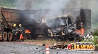 Grave acidente na BR-364 deixa caminhão em chamas e uma pessoa morta
