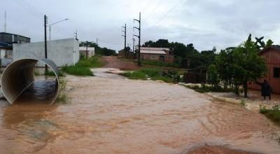 Ruas e casas de Ji-Paraná ficam alagadas depois de forte chuva