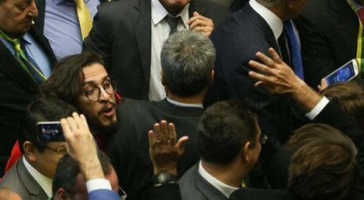 Deputado Jean Wyllys cospe em Jair Bolsonaro