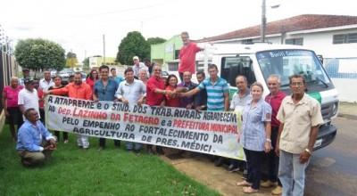 Deputado Lazinho contempla agricultores de Presidente Médici