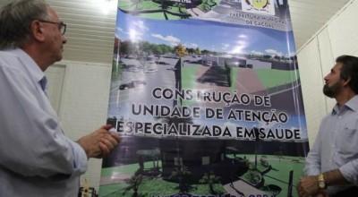 Raupp vistoria obras do Hospital Municipal de Cacoal