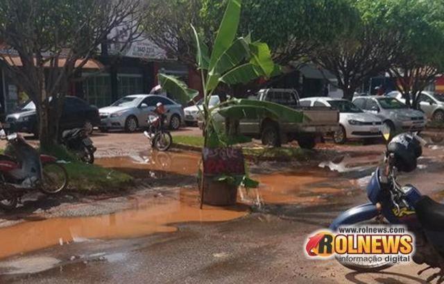 Bananeira é colocada em rua esburacada no Centro de Rolim de Moura