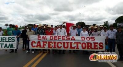 Cafeicultores bloqueiam BR-364 próximo a Rolim de Moura