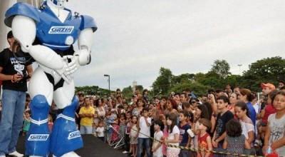 """Lojas Gazin traz """"Robô Gigante"""" para se apresentar em Rolim de Moura"""
