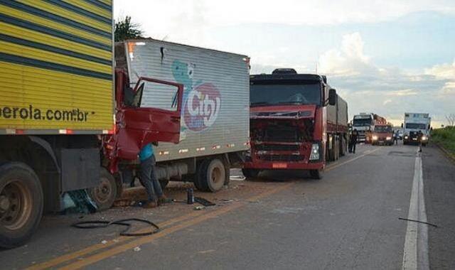 Acidente com três caminhões deixa dois presos às ferragens em veículo da City Lar