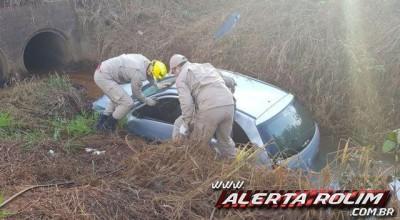 Condutor fica desacordado após carro capotar e cair dentro de córrego em Rolim de Moura