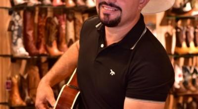 Cantor rondoniense conta com a ajuda da população e de amigos para gravar seu primeiro CD